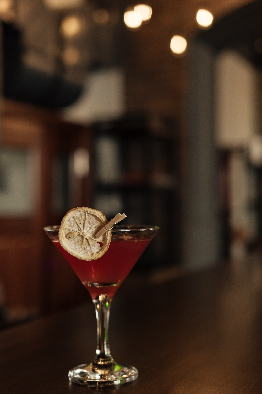 """Куда пойти на ул. Баумана в Казани первый раз. Гудини - это престижное, уникальное помещение, с безупречным меню и оригинальным интерьером. В этом кафе Вы сможете отлично отдохнуть за изысканным обедом, накатить холодного пивка на разлив в веселой компании близких товарищей на летней террасе, устроить тихие посиделки с подругами, заказать романтичный ужин с любимой! Наше кафе находится в в двух минутах от Кремля и можем предложить каждому гостю элегантную и изысканную обстановку. Само собой разумеется, это только лишь в будние дни, так как вечером week-enda в кафе Гудини планируются колоссальные вечеринки, плавно переходящие в ранние афтепати. Неповторимые стены окрашенные в цвета маренго насыщены душой великого иллюзиониста Harry Houdini. Также как он, наш бар впечатляет клиентов приятным сервисом, шикарной атмосферой для различной компании, а также удивительным ассортиментом спиртного и огромным меню, которое состоит из множества блюд. При условии, что Вам любопытно, от чего Вам стоит навестить Гудини, вот Вам короткий список впечатлений: """" Сочный шашлычек на подлинном каменном мангале. """" Более 35 вкусов изысканных кальянов. """" Яркий аромат итальянской пиццы. """" Огромный список вкусных блюд. """" Свыше 35 наименований вина, 40 разновидностей элитного алкоголя, 10 видов пива. """" Легендарное кафе-бар в города. Ценители аппетитно поесть и гурманы известных яств действительно расценят наше особое меню, где есть: """" Российская кухня; """" Итальянские блюда; """" Татарские национальные блюда; """" Европейское меню; """" Грузинское меню; """" Казанское меню; В нашем баре Вы можете вкусить крепкие напитки: """" Невероятно вкусное разливное пиво; """" Джин, текилу, ром а также остальные алкогольные напитки; """" Самое вкусное вино; """" Виски в огромном ассортименте; Также Клиента ждут: цезарь с морепродуктами, поджаренные колбаски, овощи на гриле, салатик с красной рыбой, цыпленок табака, умопомрачительные десертные блюда - сам бы ел! Забронировать место в кафе Гудини проще простого. Держите связь с нашим"""